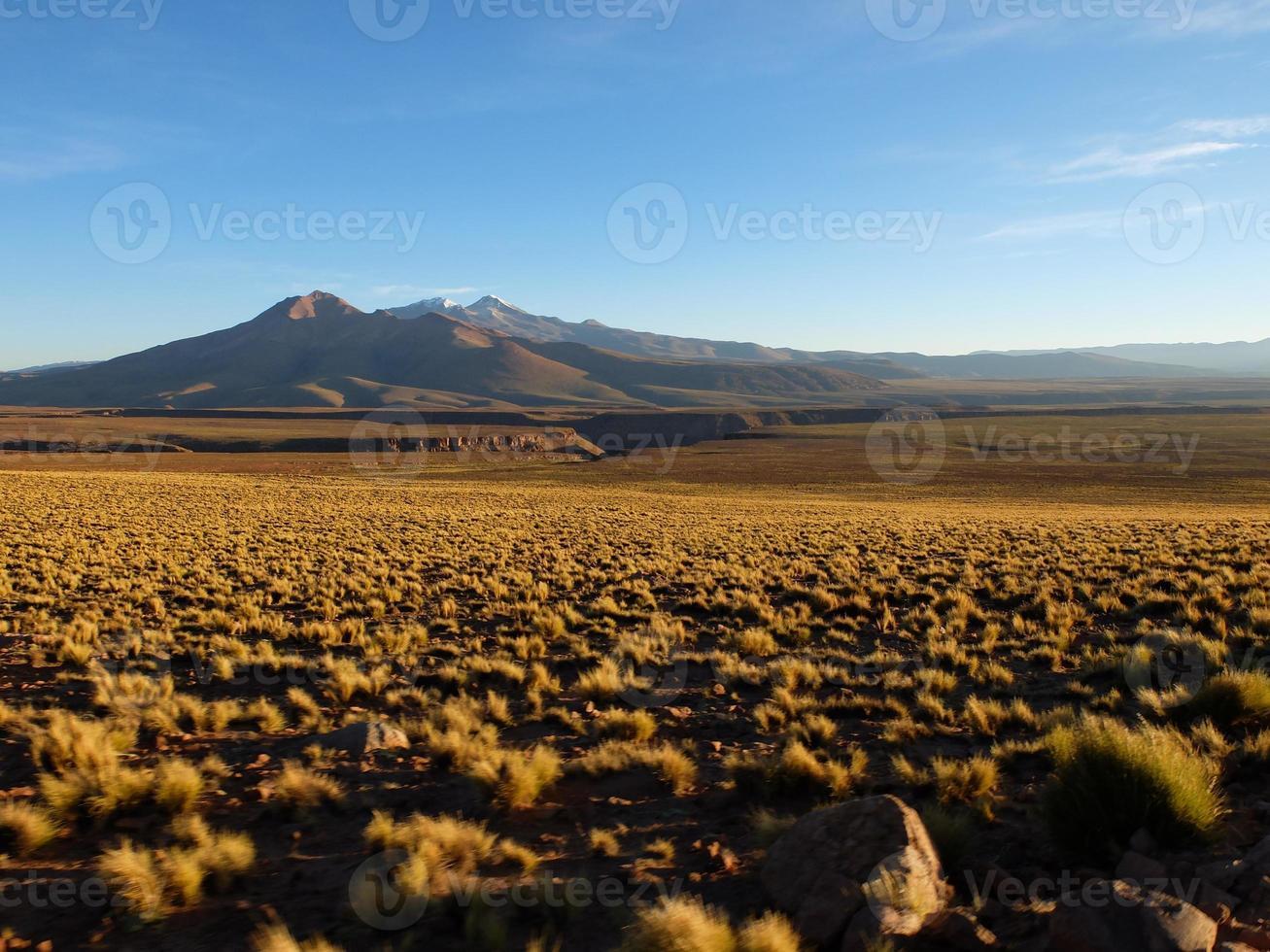 pôr do sol sobre o alto deserto boliviano foto