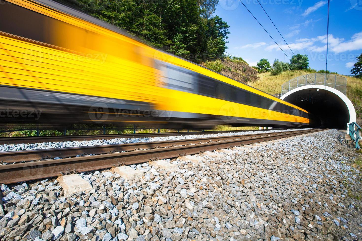 trem passando através de um túnel foto