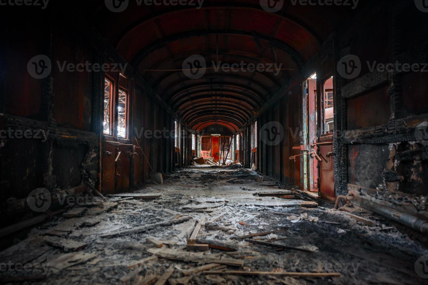 interior do veículo bagunçado de uma carruagem de trem foto