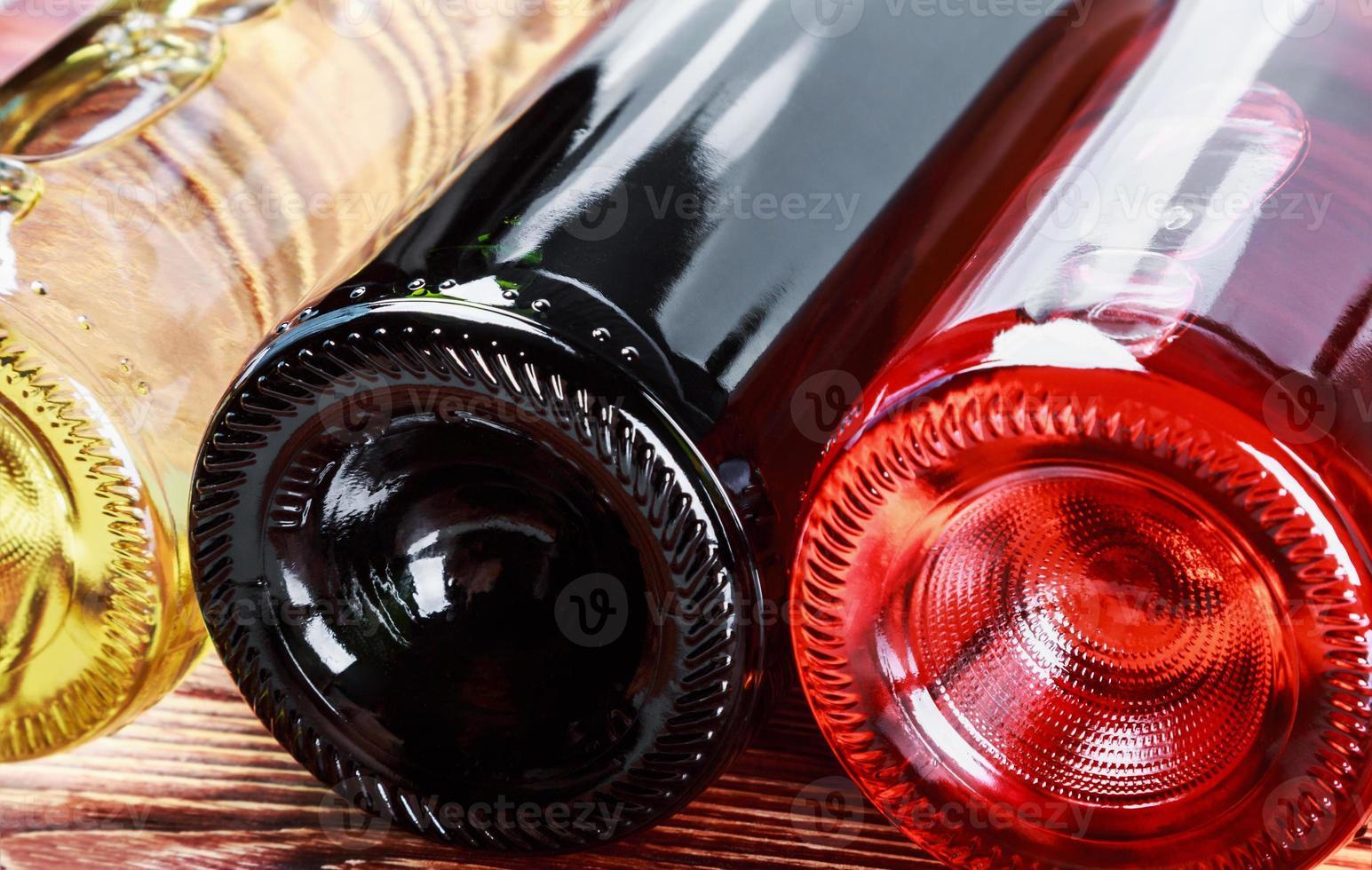garrafas de vinho de diferentes tipos foto
