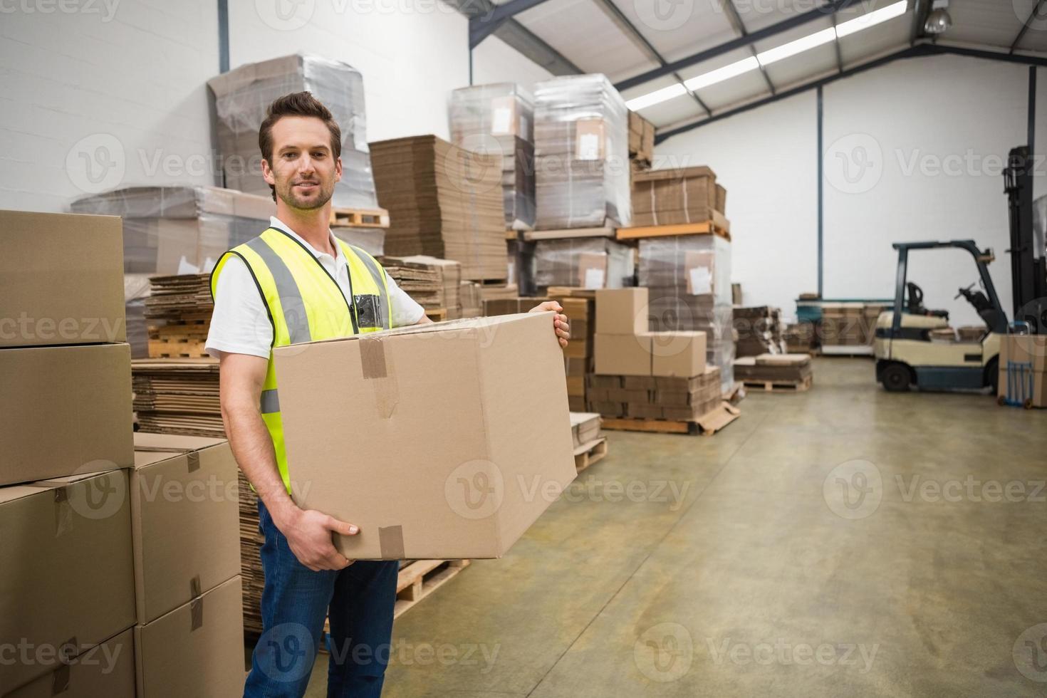 caixa de transporte do trabalhador no armazém foto