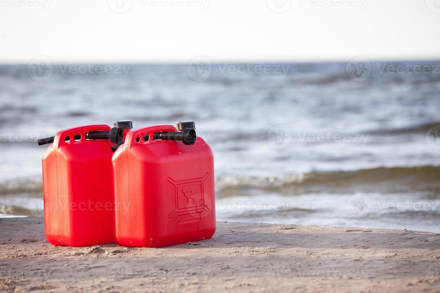 latas de gasolina vermelhas foto