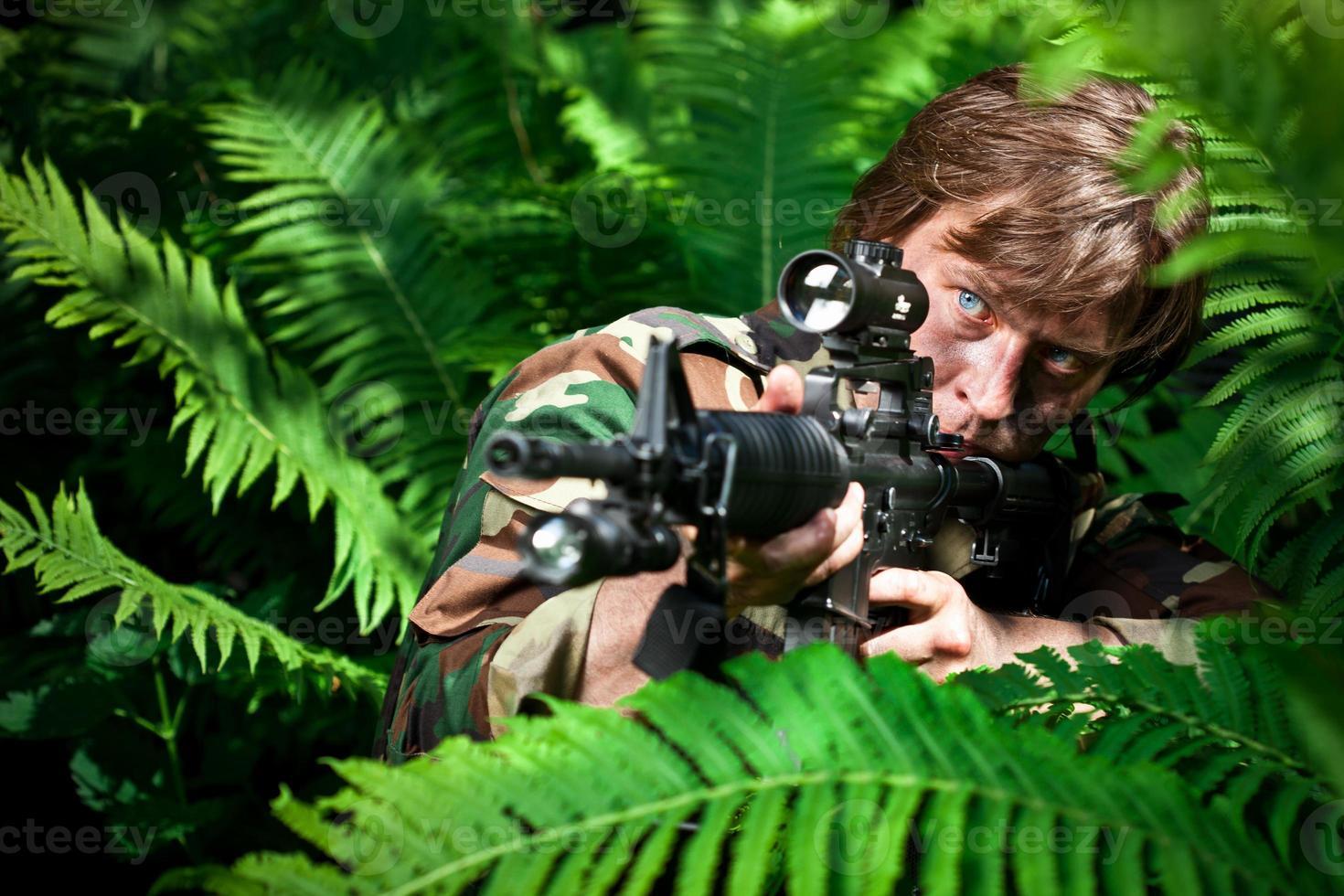 soldado apontando uma arma foto