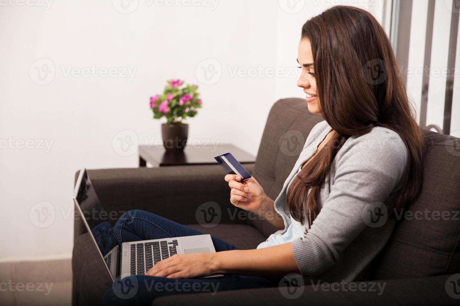 fazendo uma compra online foto