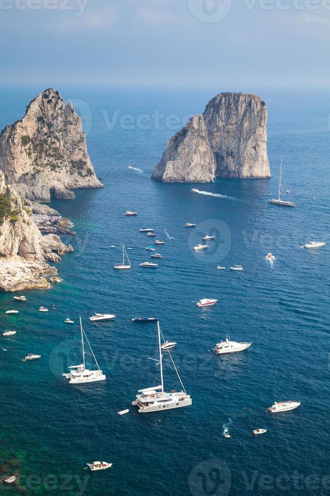 faraglioni rochas da ilha de capri, itália. vertical foto