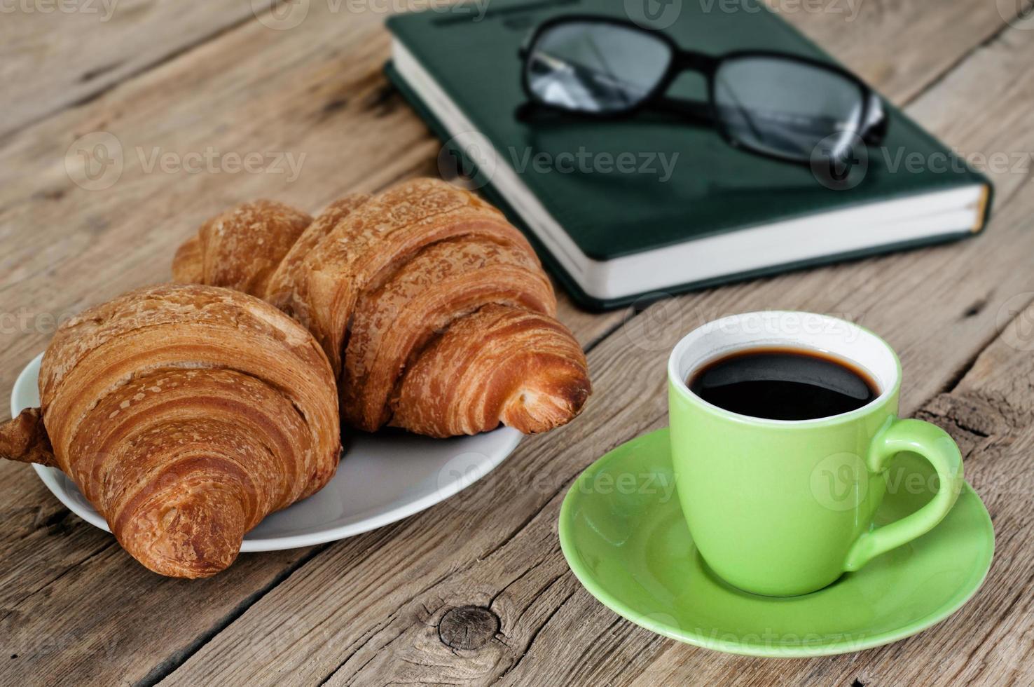 verdes xícara de café expresso com croissants foto