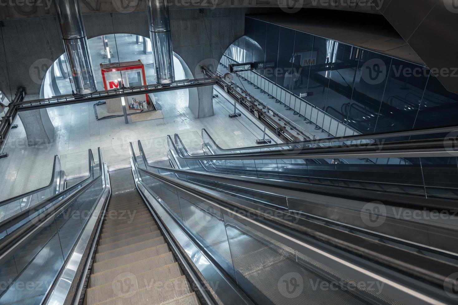 escada rolante em movimento no centro de negócios foto