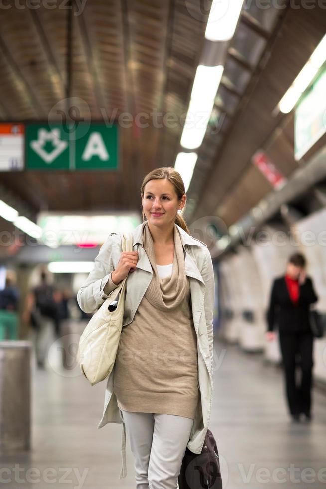 elegante, inteligente, jovem mulher pegando o metrô / metrô foto