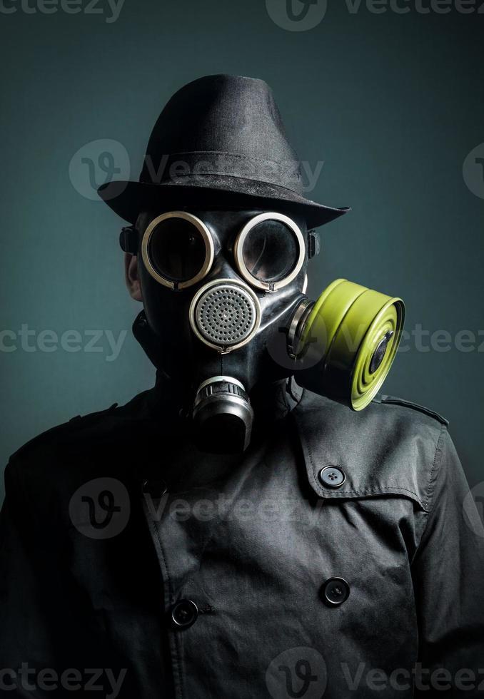 homem com máscara de gás foto