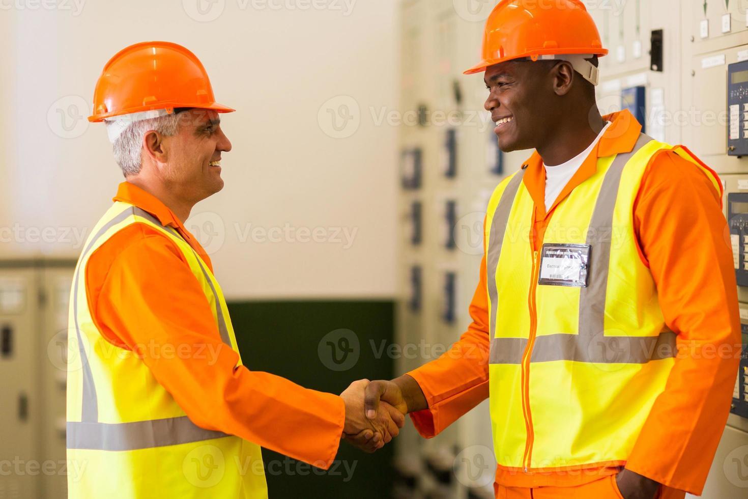 engenheiros elétricos aperto de mão foto