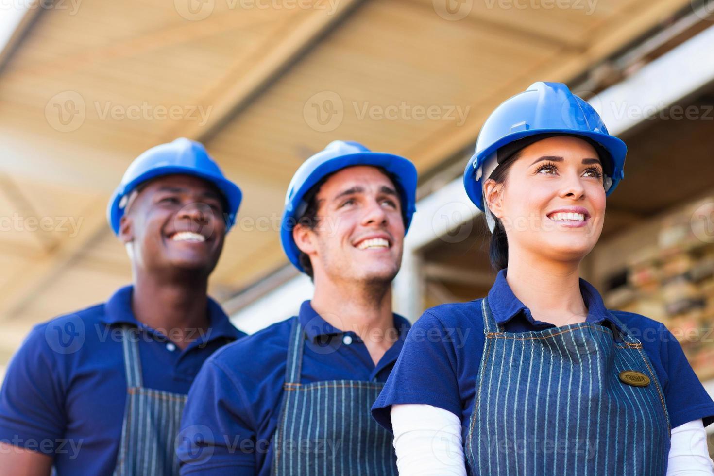 trabalhadores da loja de ferragens foto