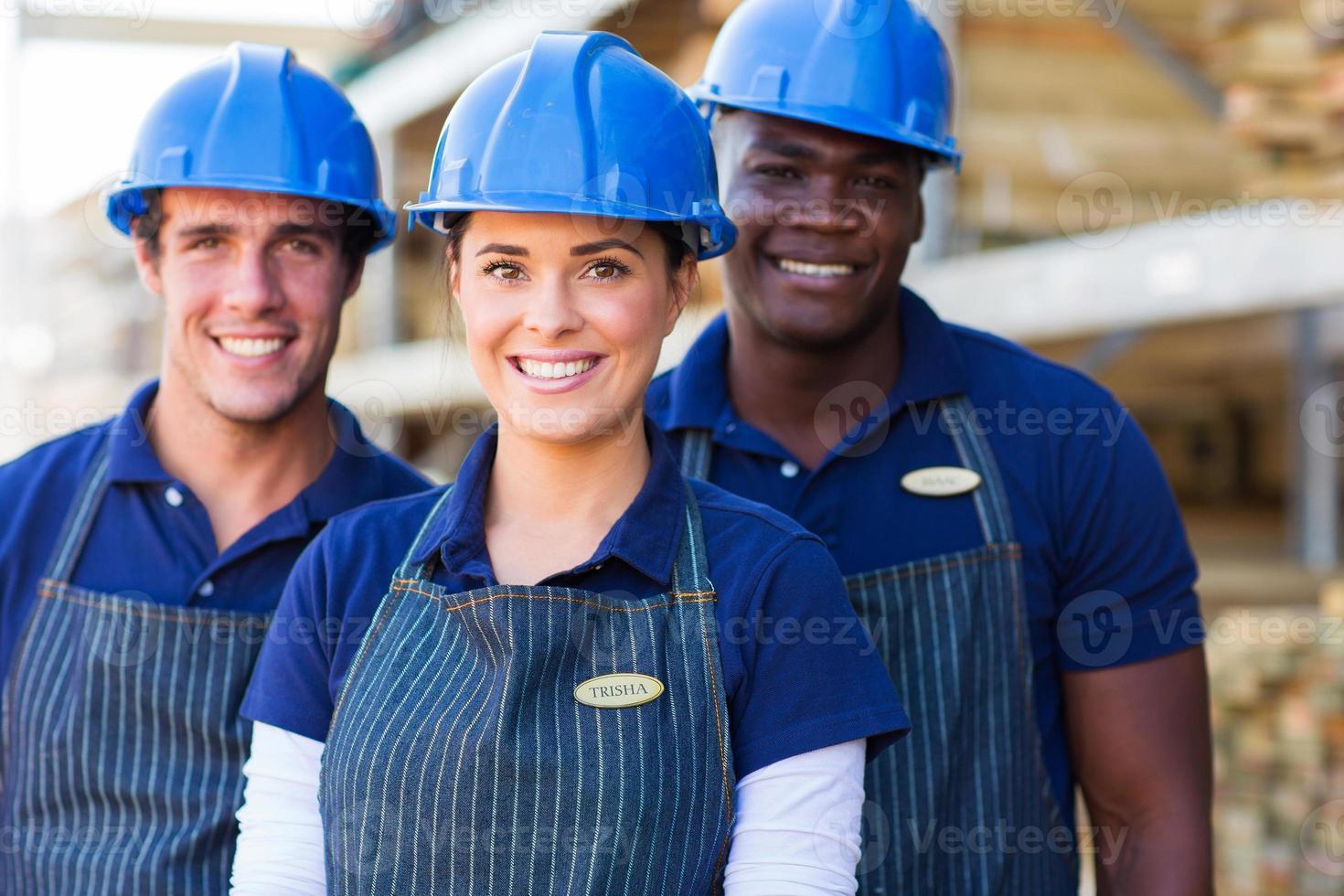 grupo de trabalhadores da loja de bricolage foto