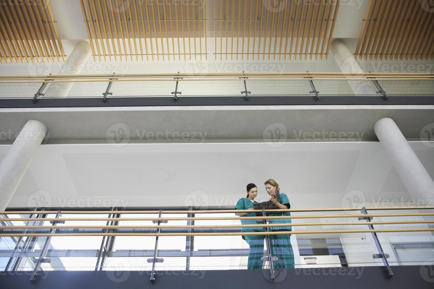 trabalhadores médicos, olhando para o gráfico na varanda foto