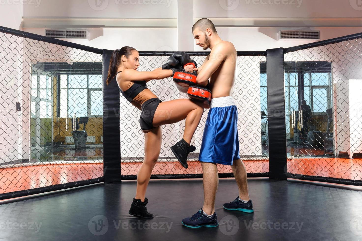 kickboxer menina e seu treinador foto