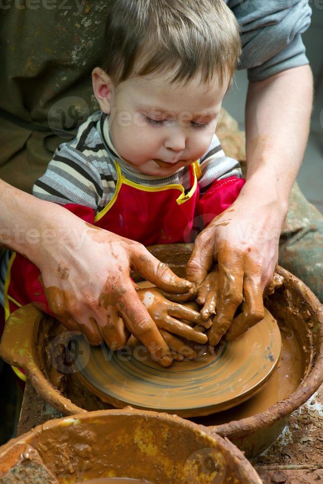 aluno na roda de cerâmica foto