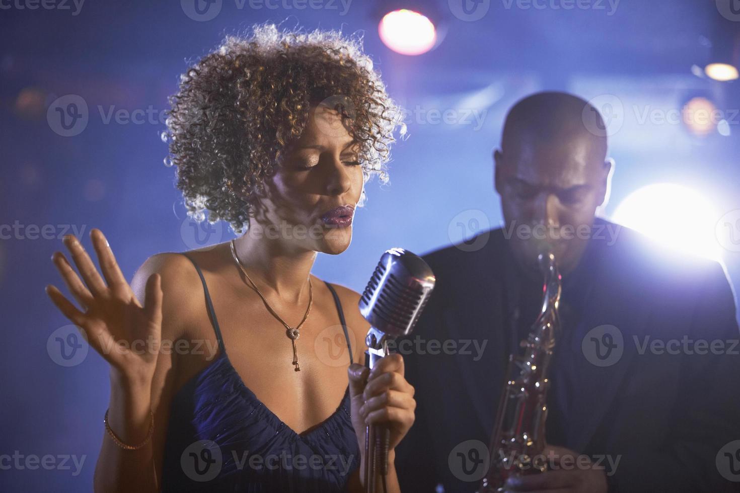 cantor de jazz e saxofonista em performance foto