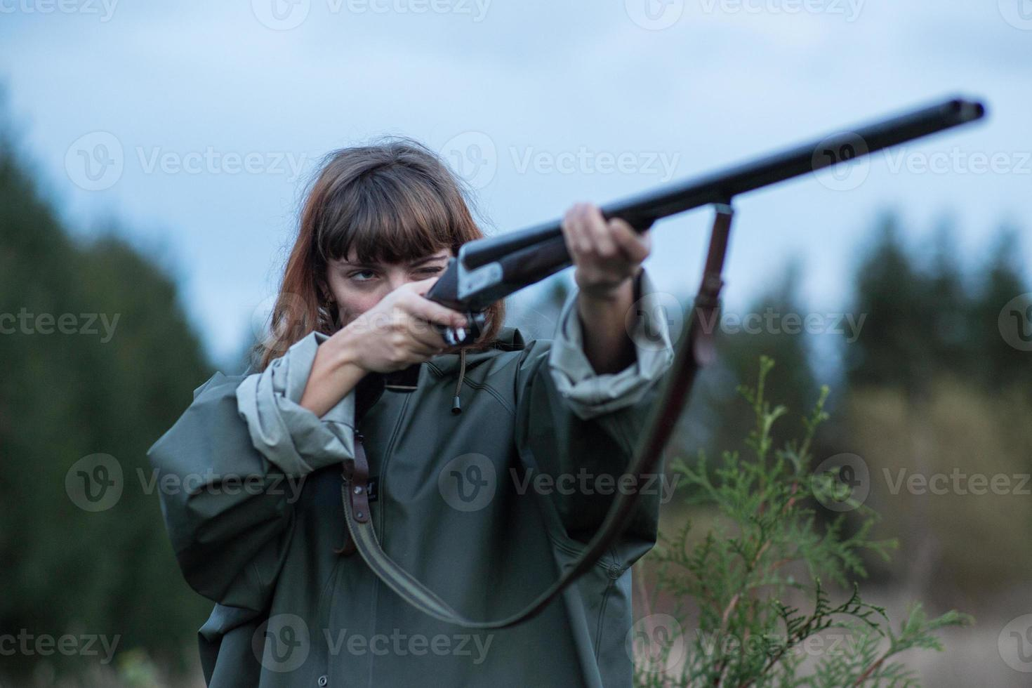 girl_hunting_shotgun foto