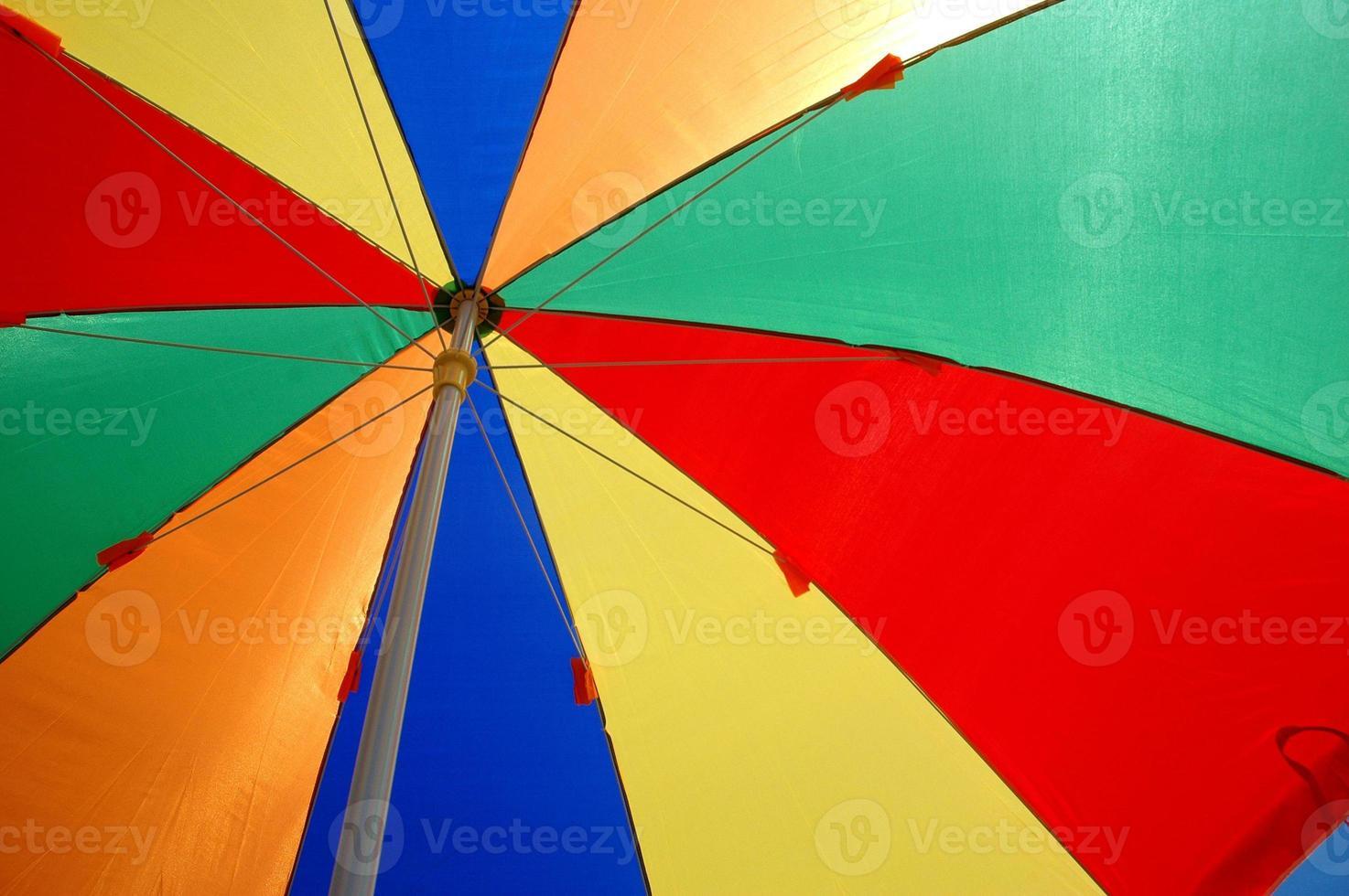 barracas de guarda-chuvas coloridas foto