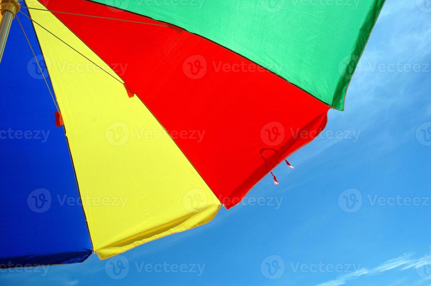 barraca de guarda-chuva colorida com fundo de céu azul foto