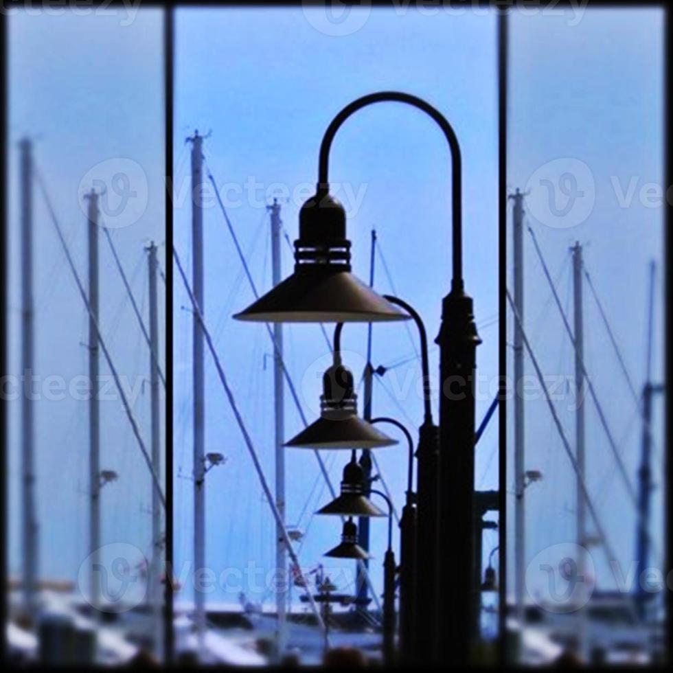 postes de iluminação e mastros de vela foto