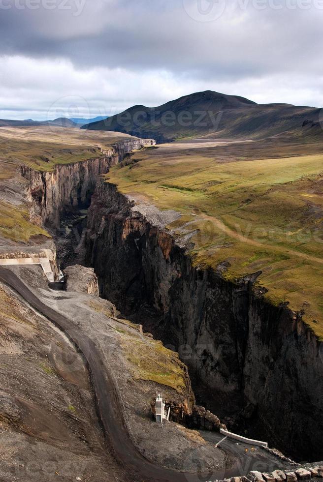 barragem de karahnjúkar - canyon do rio na islândia foto