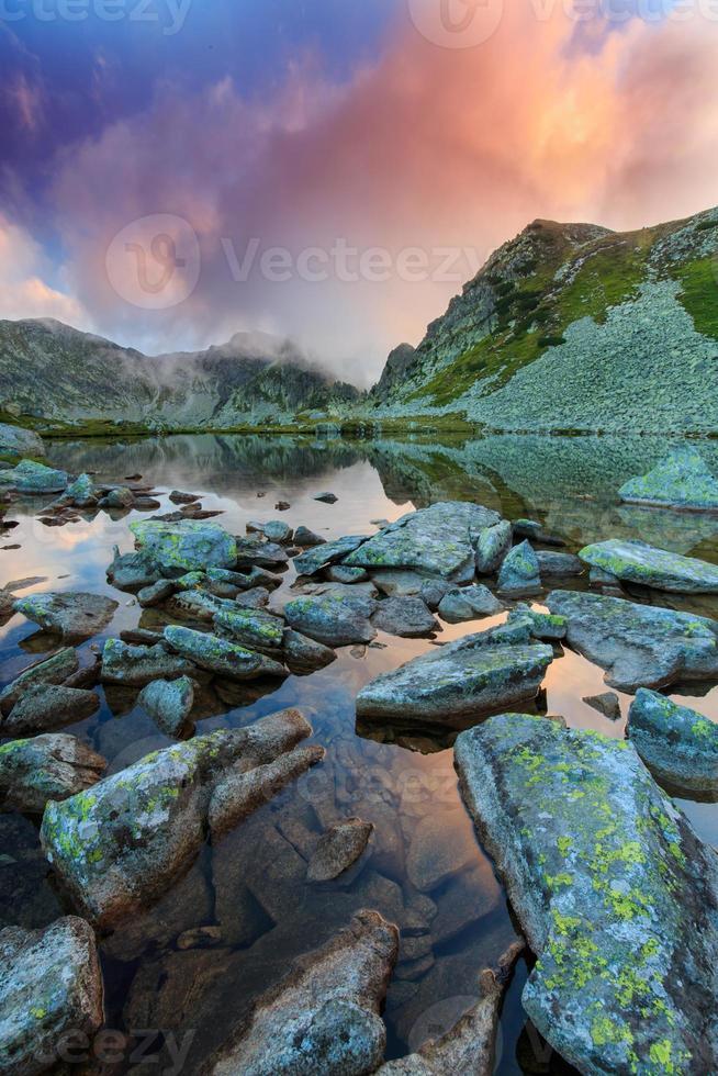 belas paisagens montanhosas nos Alpes foto