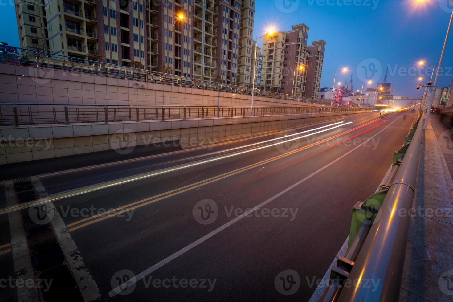 estrada vazia à noite foto
