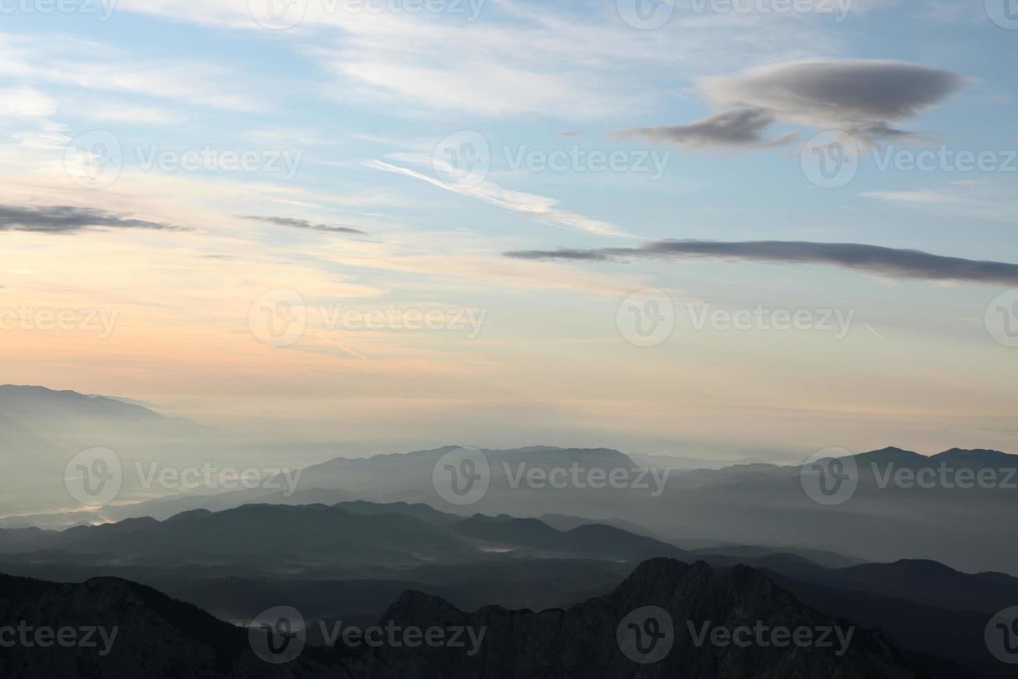 pôr do sol sobre os Alpes Julianos na Eslovénia. foto
