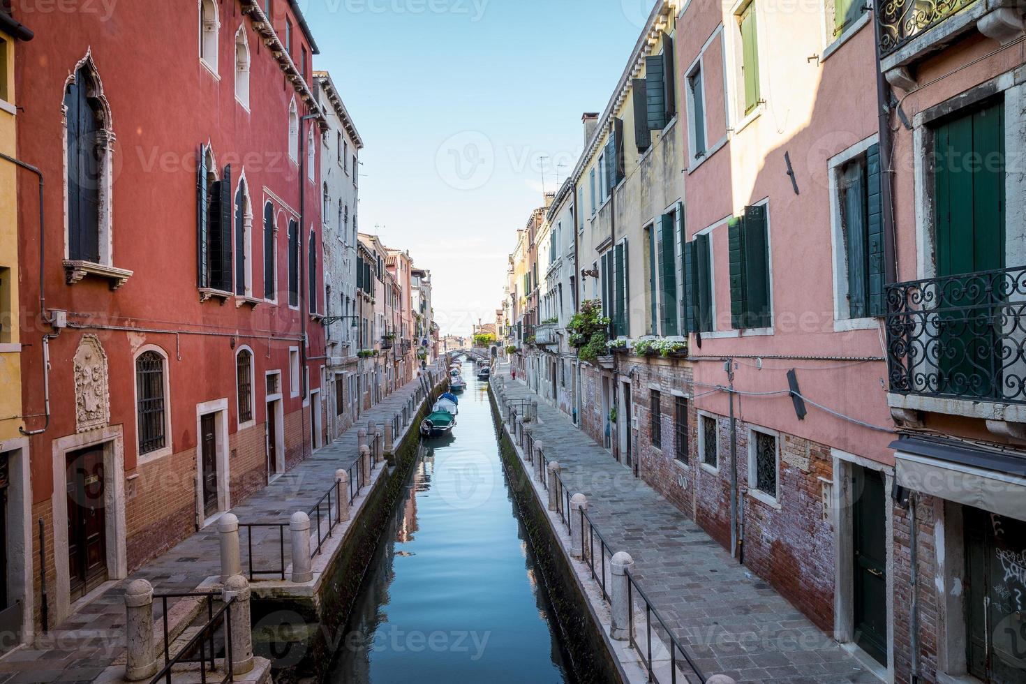canal na cidade de veneza na itália foto