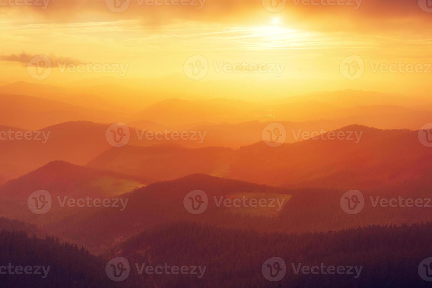 silhuetas de montanha ao pôr do sol foto