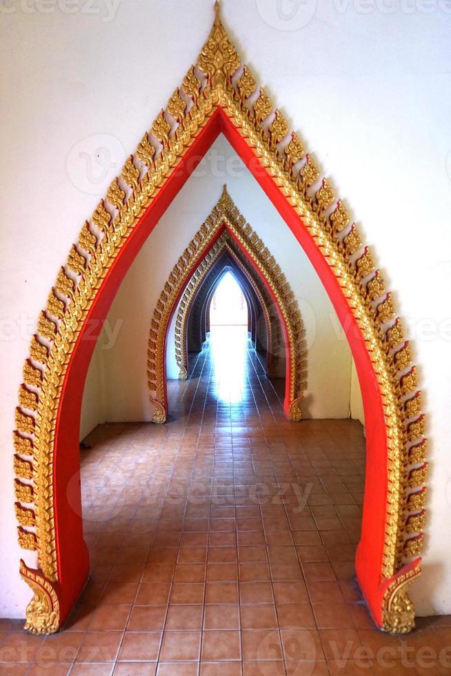 etapas de belas artes tailandesas da entrada do portão foto