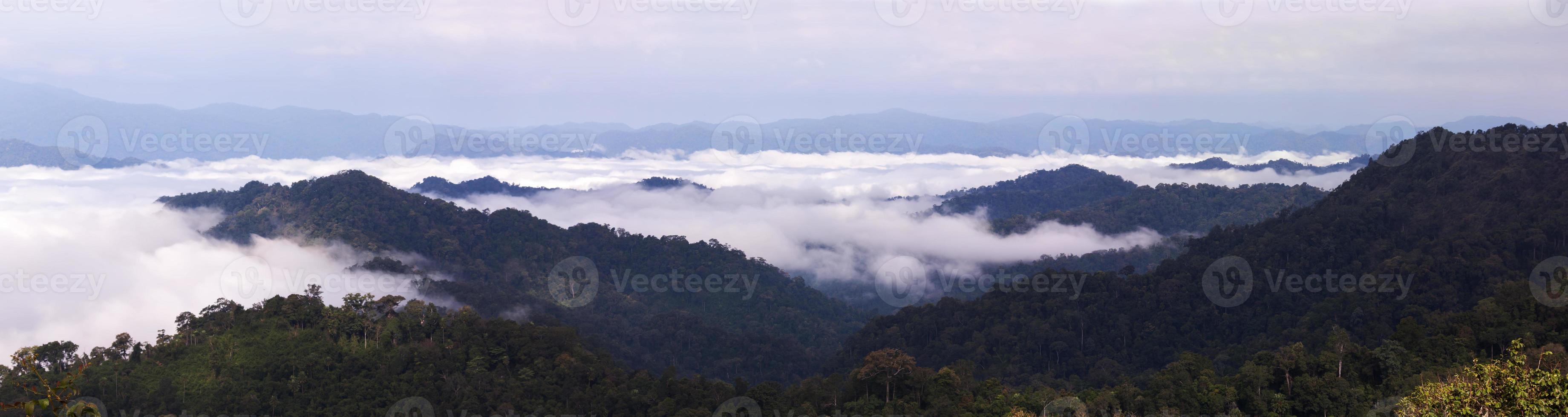 cadeias de montanhas com nevoeiro no panorama foto