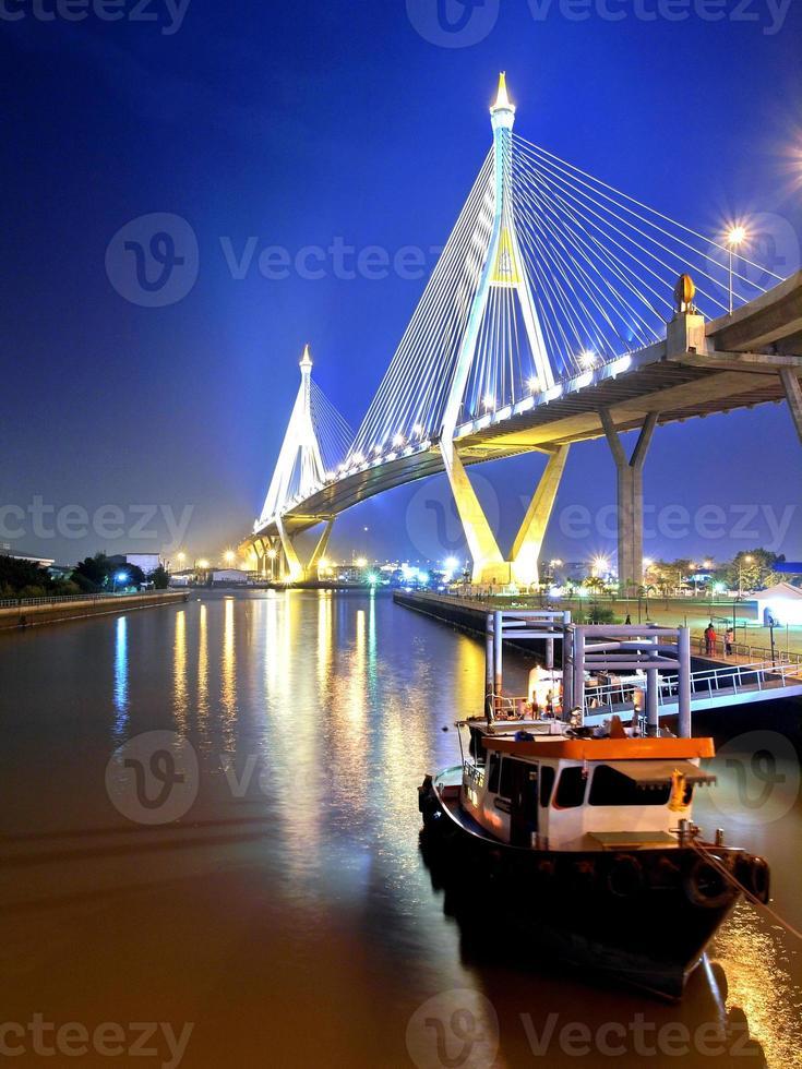 ponte de bhumibol na tailândia foto
