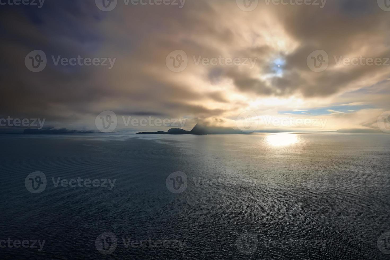 nascer do sol no mar norueguês, alesund - noruega - escandinávia foto