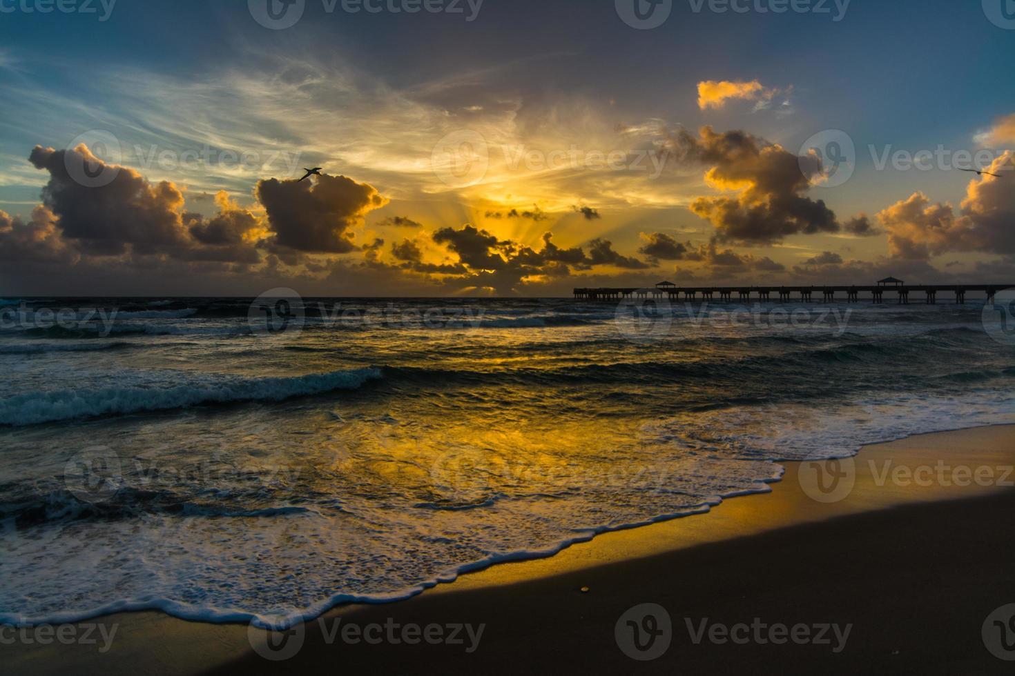 nascer do sol sobre o oceano foto