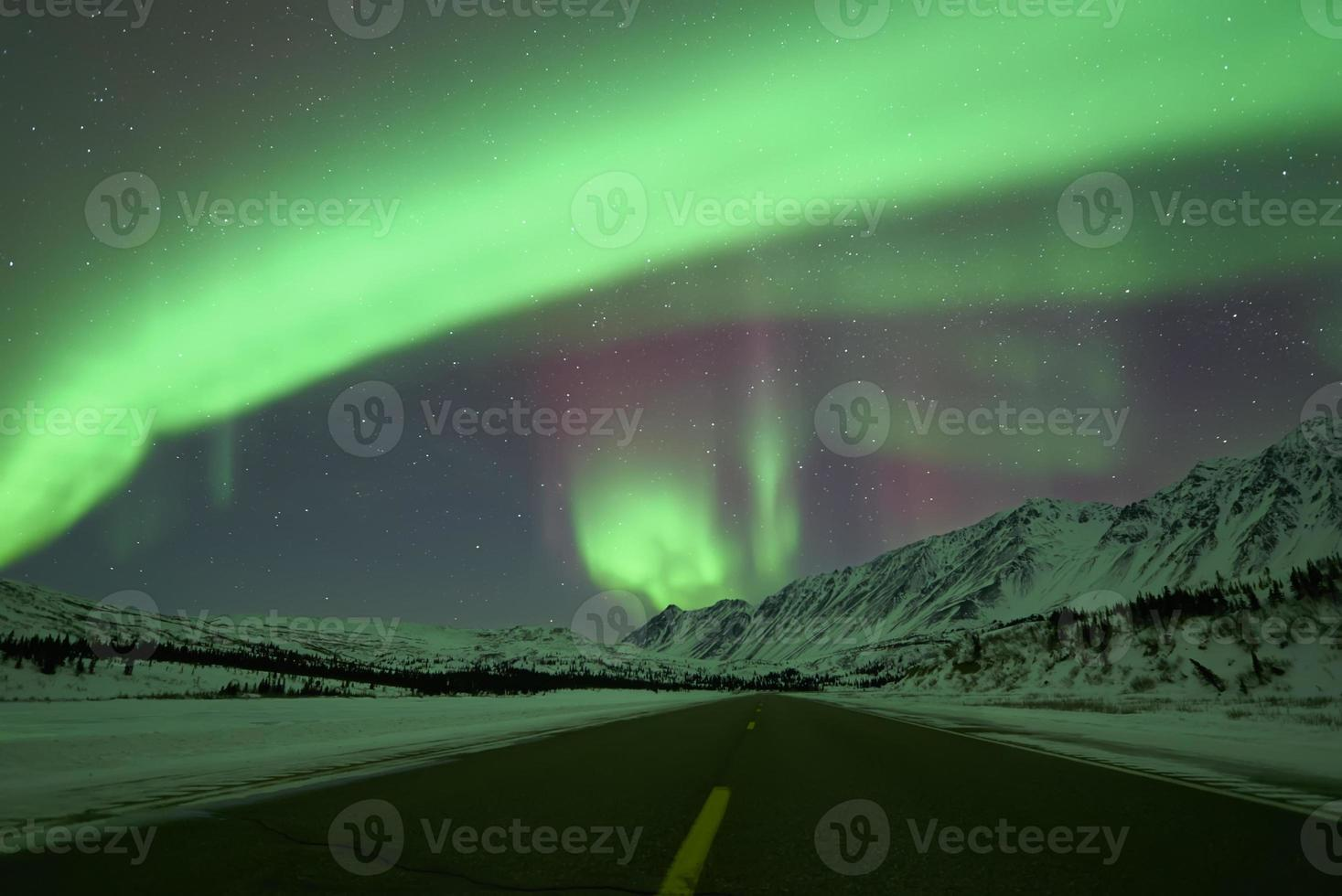 aurora boreal acima da estrada foto