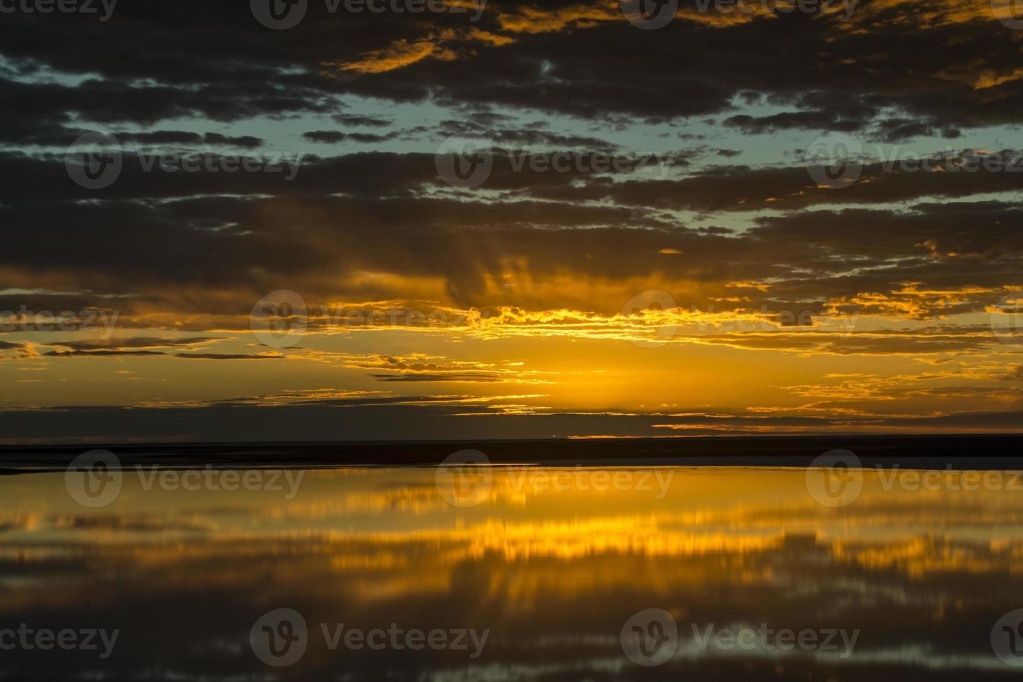 nascer do sol sobre o lago eyre, austrália (foto aérea) foto
