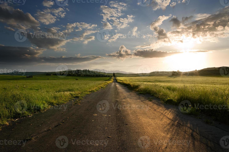 uma longa estrada vazia no país foto