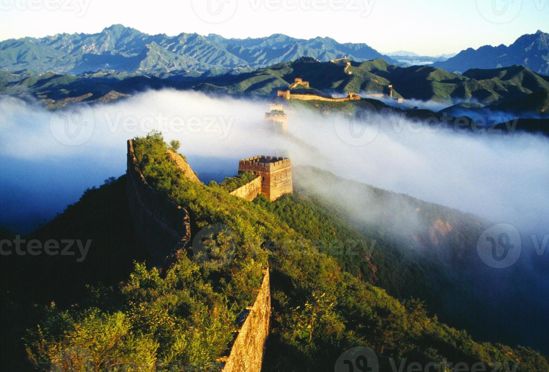 uma névoa em cima do que parece ser a grande muralha da china foto