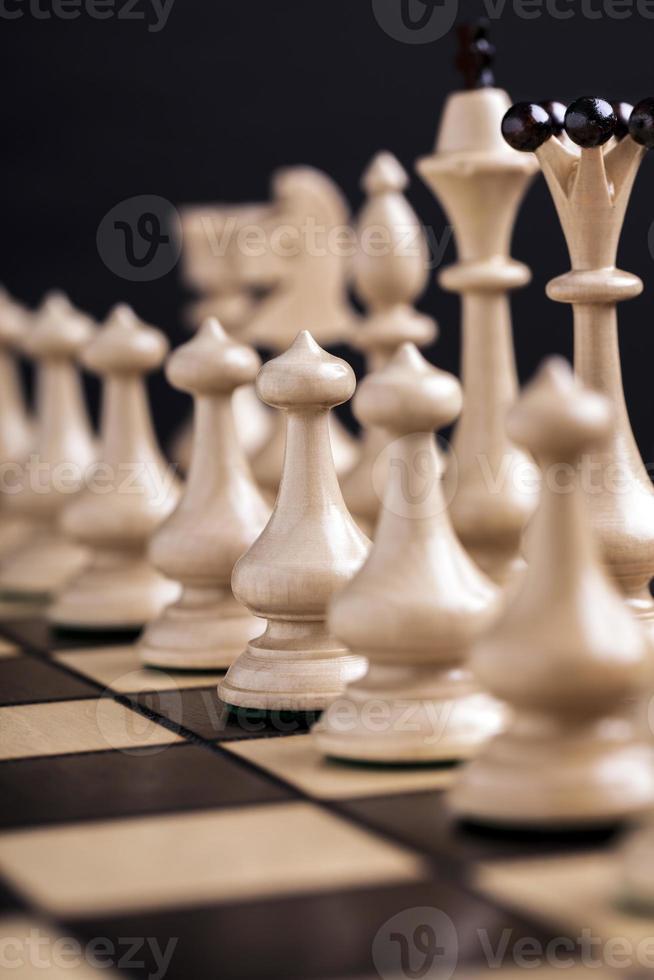 peças de xadrez em um tabuleiro de xadrez. foto