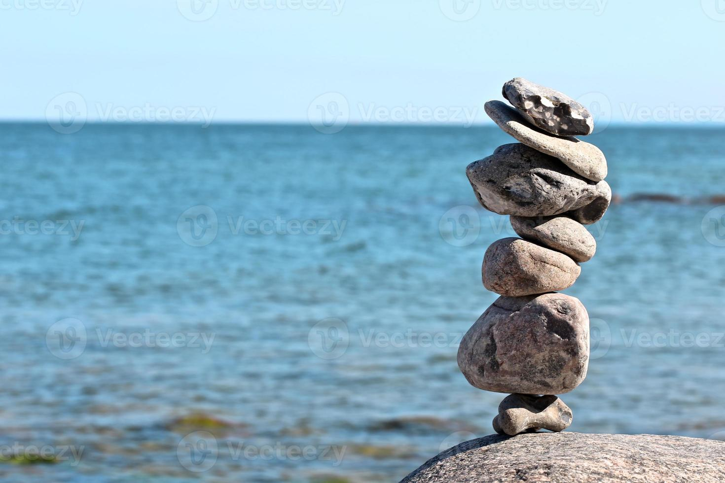 rochas zen com mar turva no fundo foto