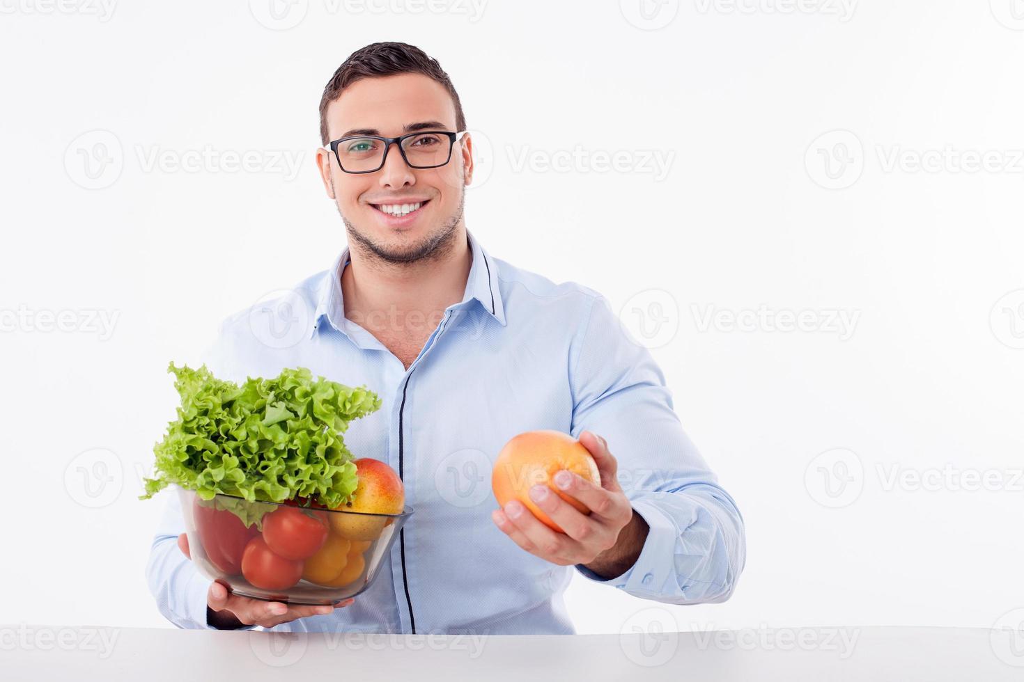 cara jovem atraente é comer comida saudável foto