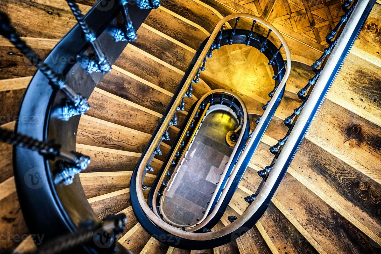 velha escada em espiral foto