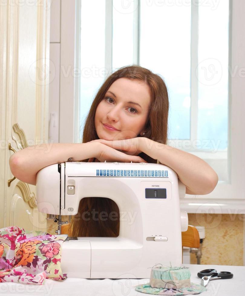 costureira de mulher trabalha na máquina de costura foto