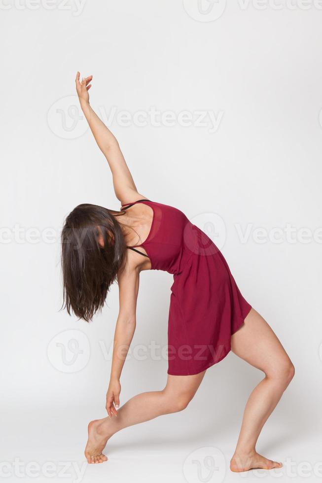 morena dançando no vestido vermelho foto