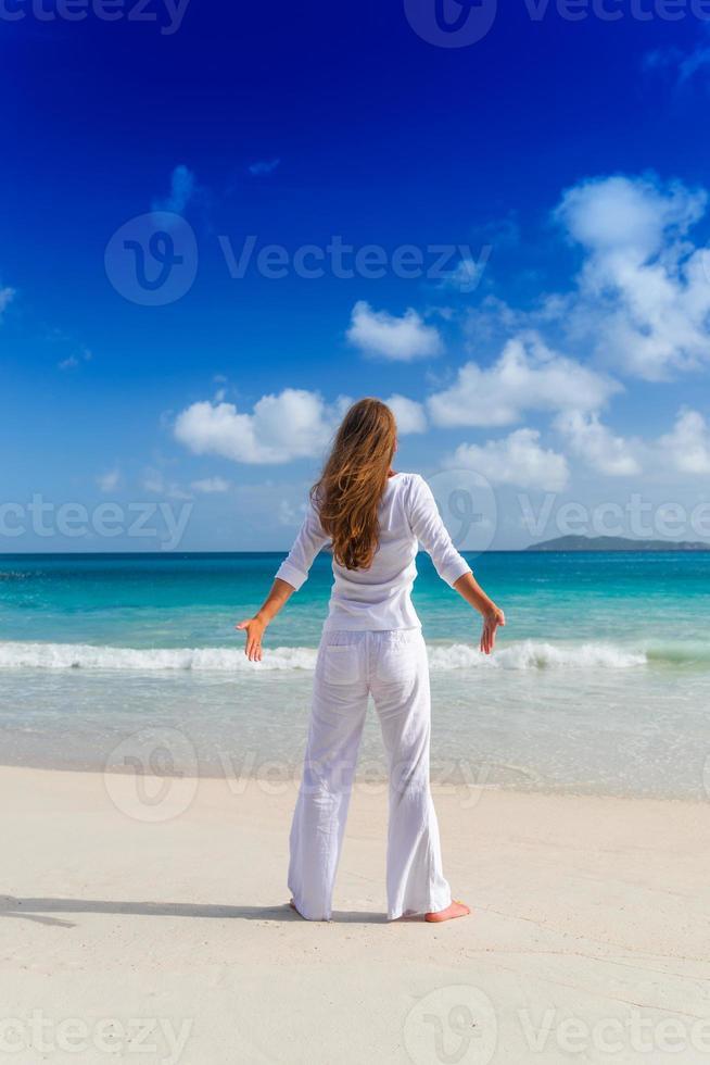 jovem mulher na praia foto