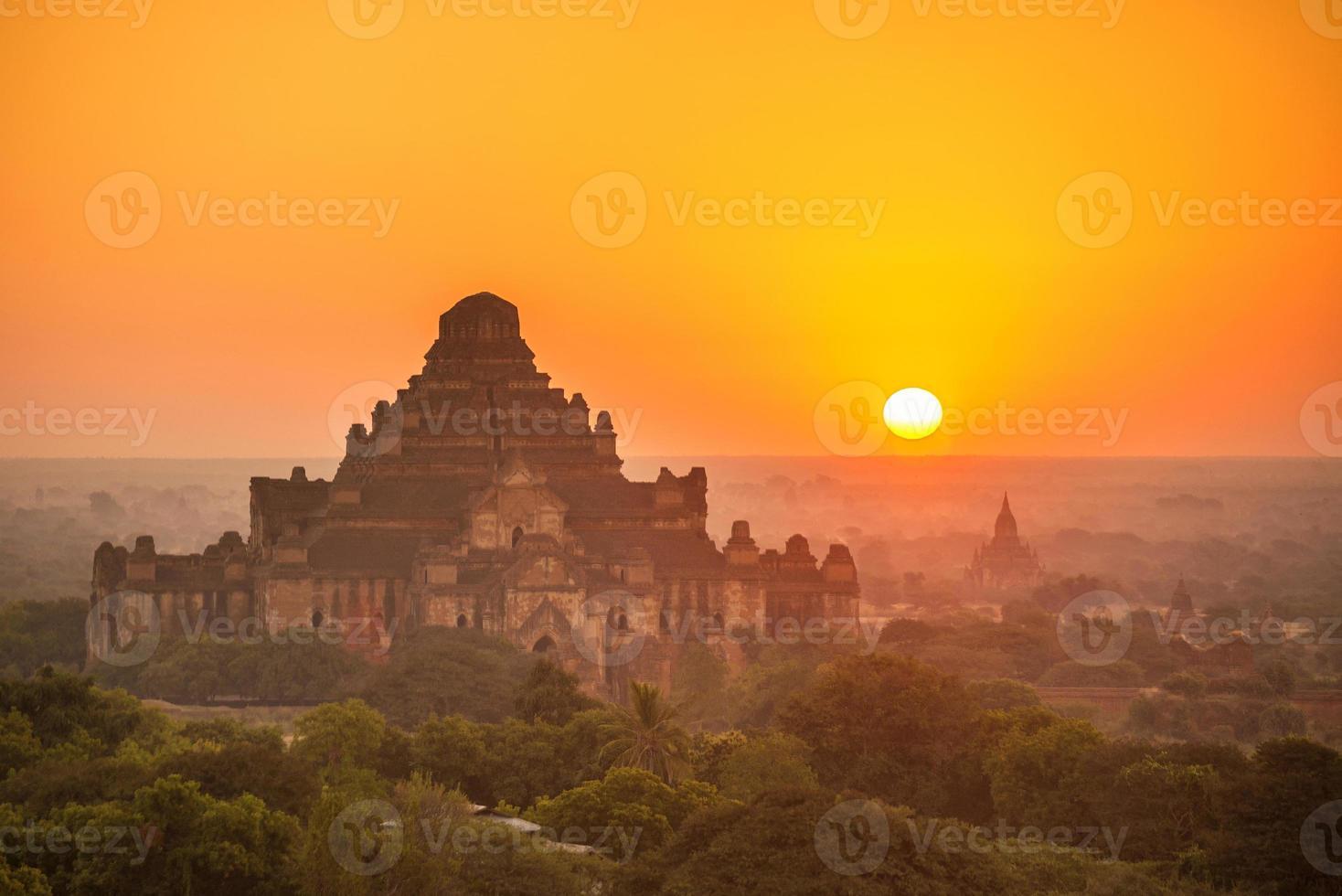 nascer do sol sobre o antigo pagode em bagan foto