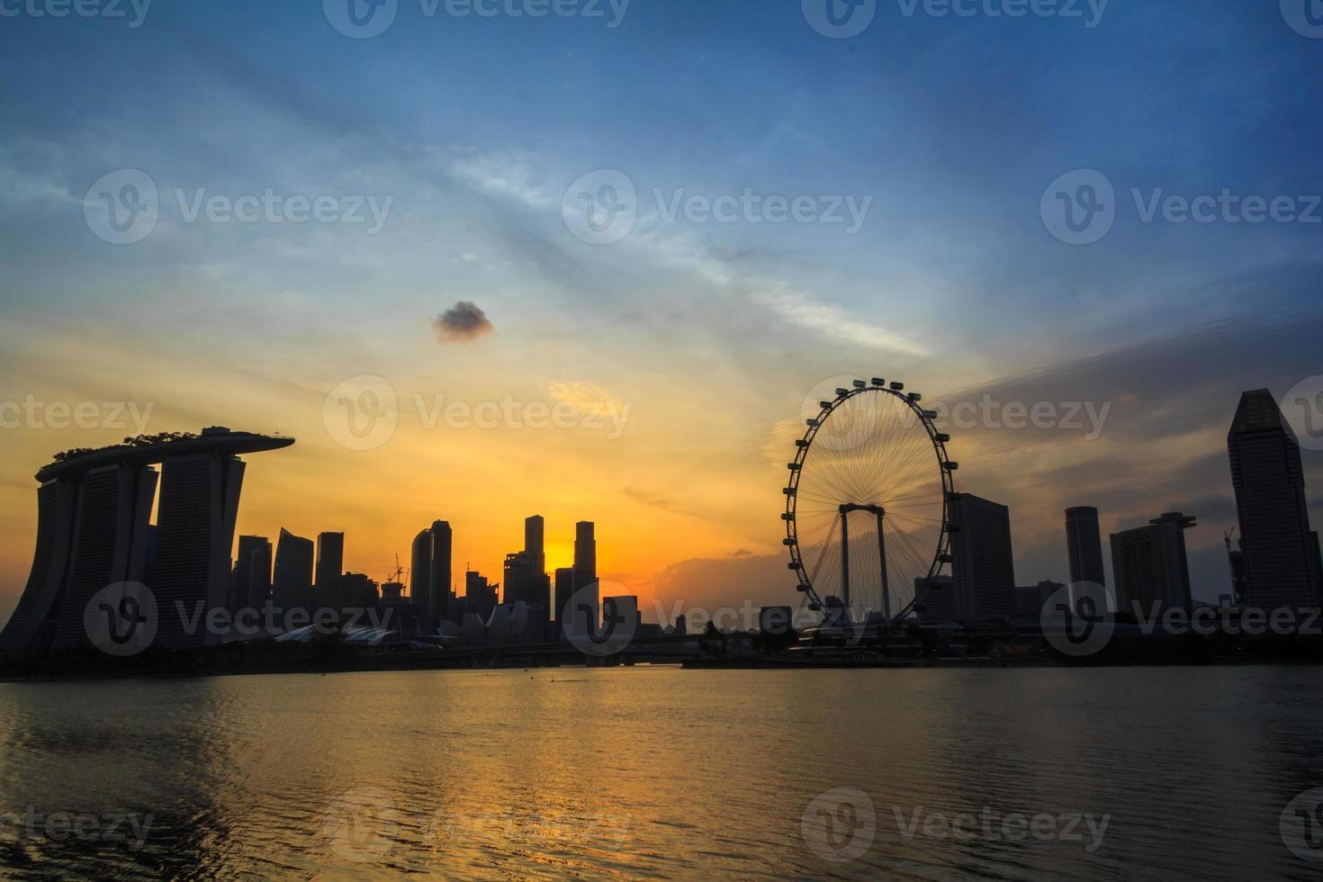 silhueta da cidade de Singapura crepúsculo foto
