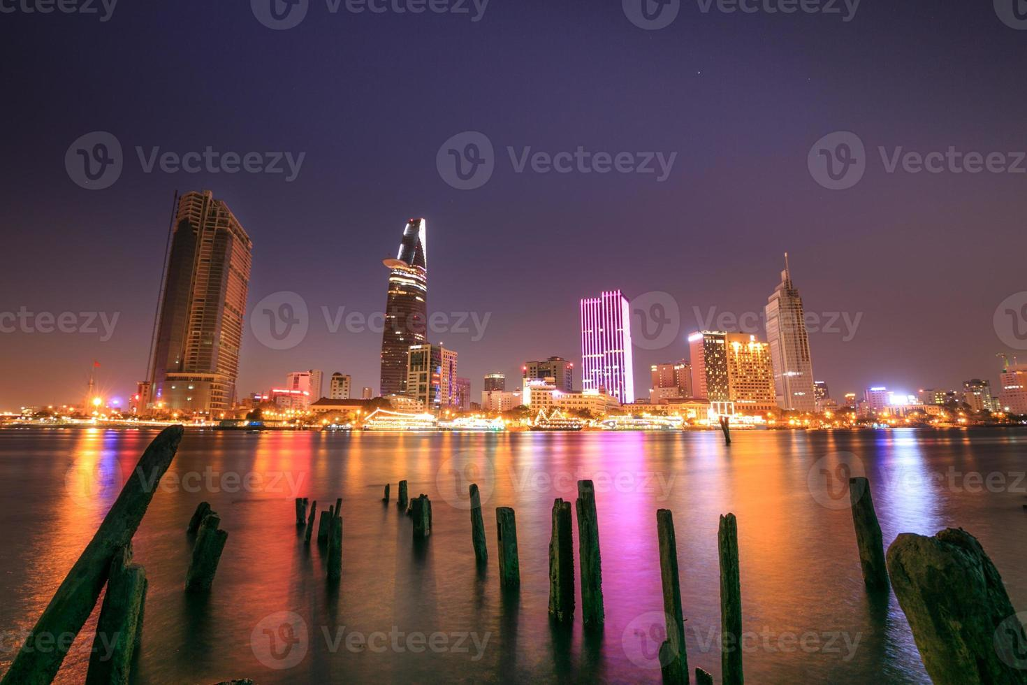cidade de ho chi minh rio saigon à noite foto