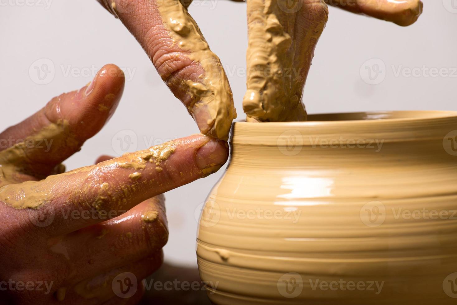 oleiro, criando um pote de barro foto